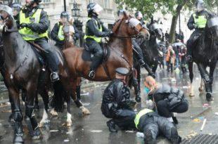 Police knocked off horse during BlackLifeMatter protest in UK [Video]