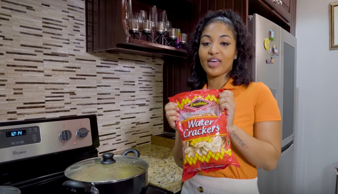 Photo of Shenseea Makes Steam Fish with Crackers [Video]